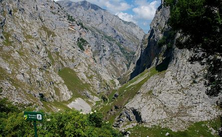 Trail through narrow valley in the Picos de Europa in Spain. Photo by traselvisor | CC BY-SA 2.0
