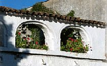 Architectural feature - a white wall with flowers